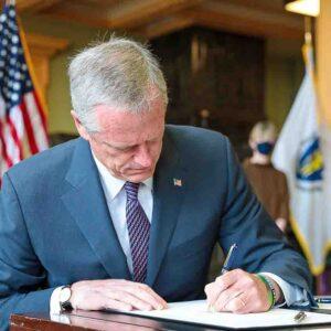 Governador de Massachusetts assina fim do estado de emergência